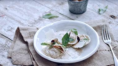 Losquesosdemitio - Raviolis de langostino y salsa de ajo negro